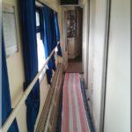 Délelőtti üres folyosó. Az éjszakai felszállás miatt sokan még pihentek