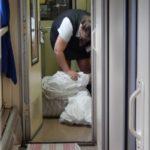 Az utaskísérőnk éppen nagy munkába van. Minden ágyneműt le kell adni a nagyobb állomásokon
