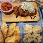"""A mongol étterem finomságai. Lóhúsos tál és az""""egész Mongólia"""" tál"""