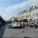 A központi utca (Ulica Admirála Fokina) és a világ legjobb palacsintázója. Kaviáros palacsinta a legjobb