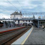 Újra a vasútállomáson, várjuk a reptéri gyors vonatot