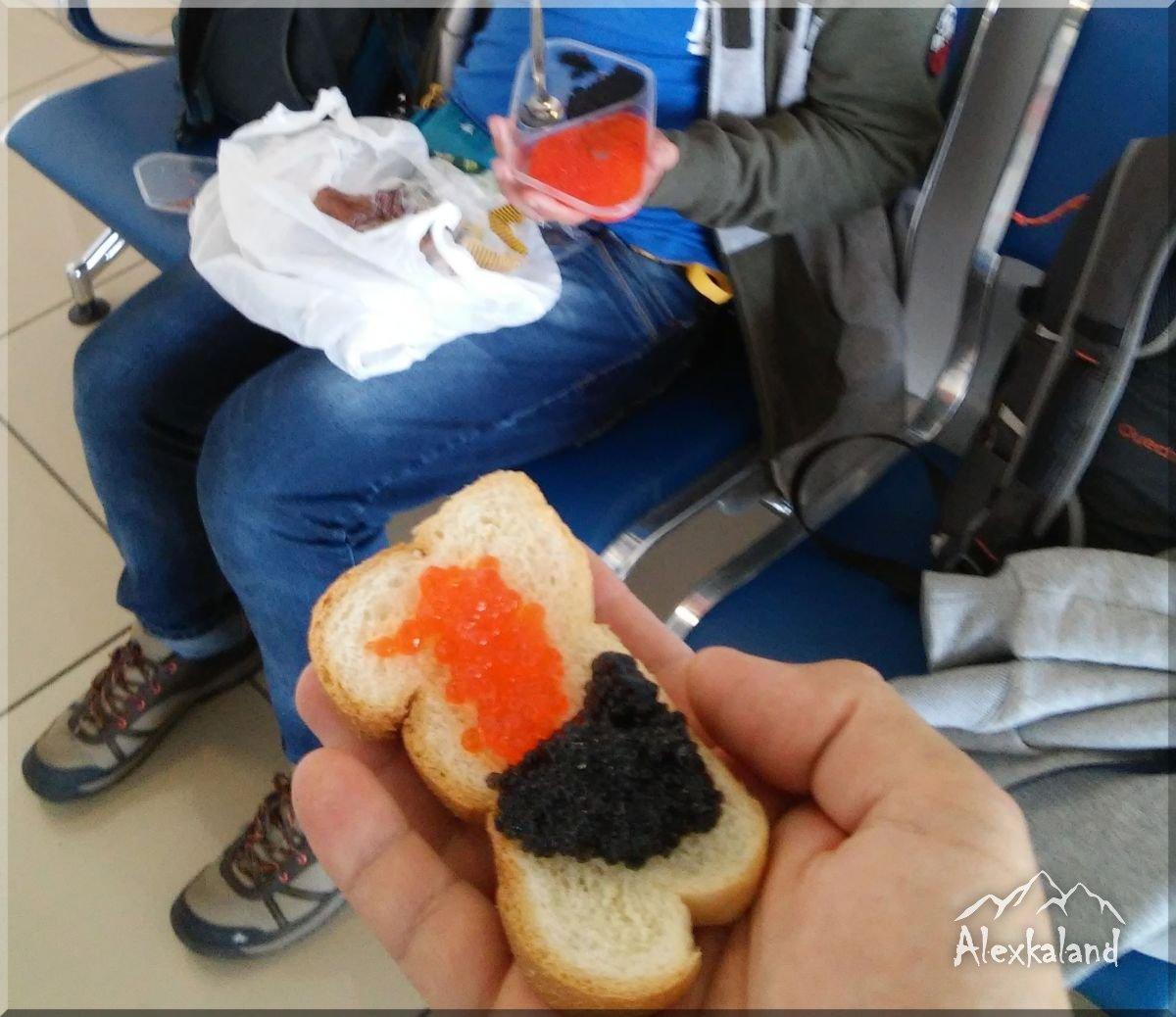 Amíg várakozunk a reptéren, addig minden finomságot meg kell enni, nehogy bármi is elromoljon! Főleg a kaviárt nem dobjuk ki