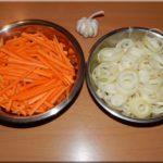 Ezen a képen egy kicsit kisebb adaghoz előkészített hús, sárgarépa és hagyma