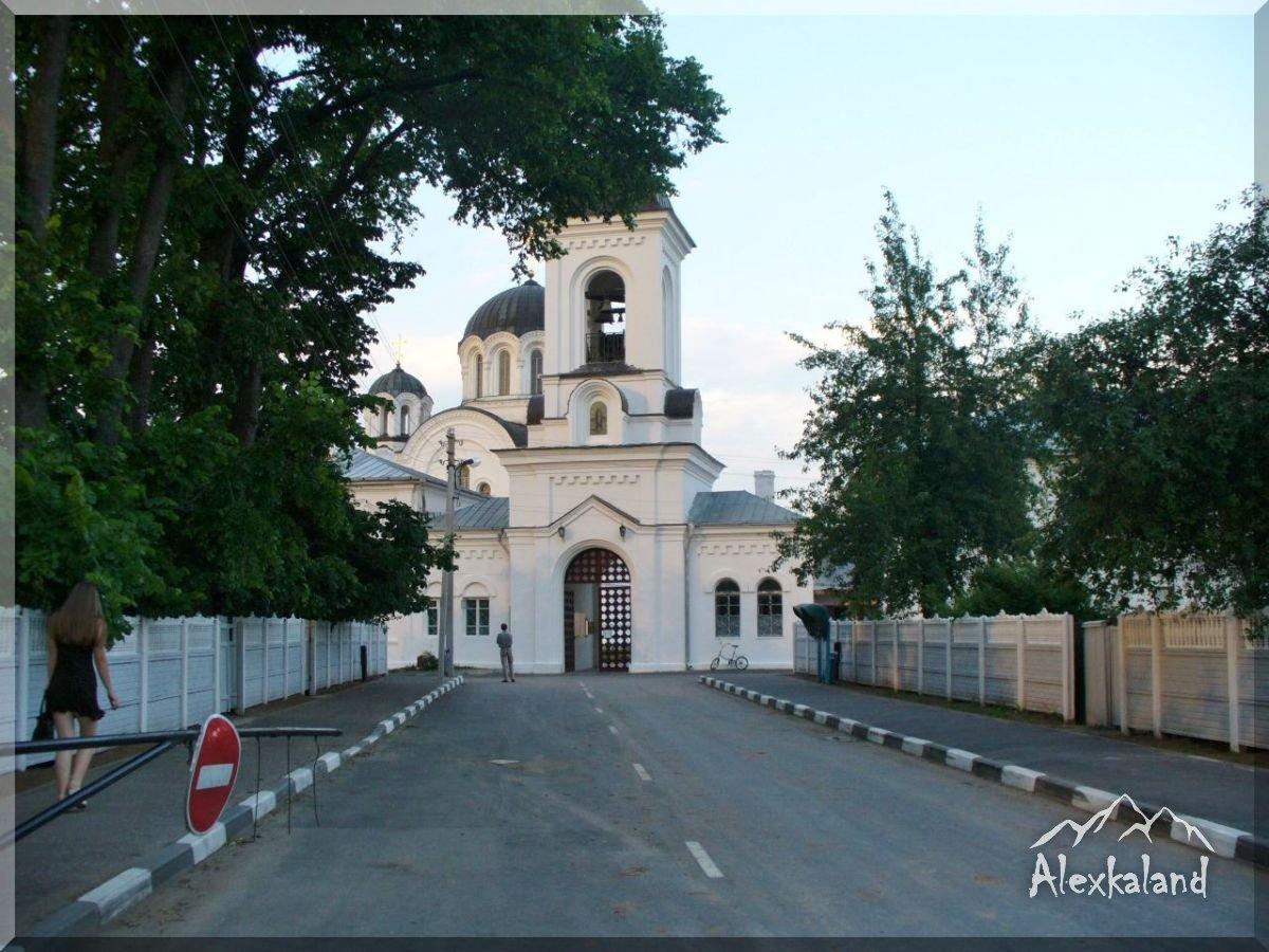 Kapu harangtorony. 1882-ban építették. Felső rész (maga a harangtorony) a XX. század közepén elpusztult, a XX. század végén helyreállították