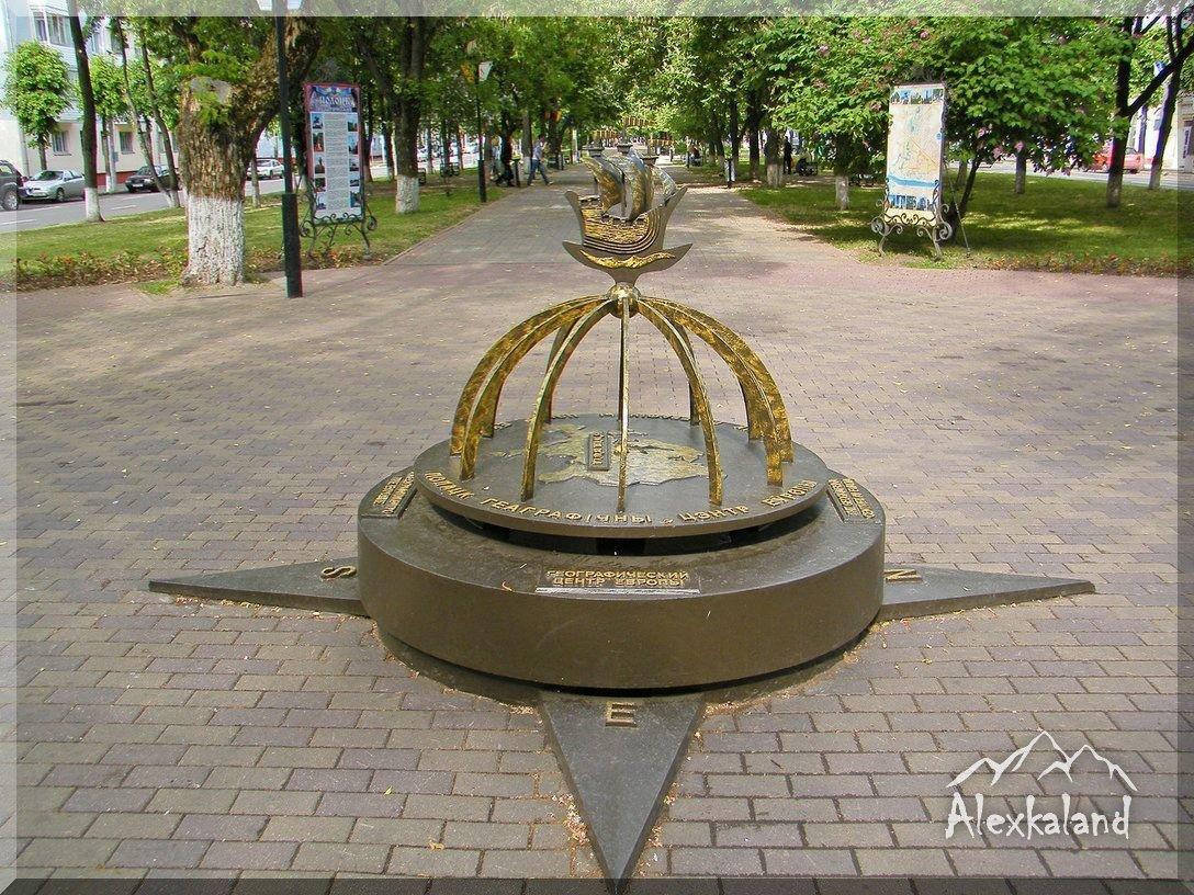 """2008-ban felállított emlékmű, amelyben Polack """"Európai földrajzi központját jelképezi"""""""