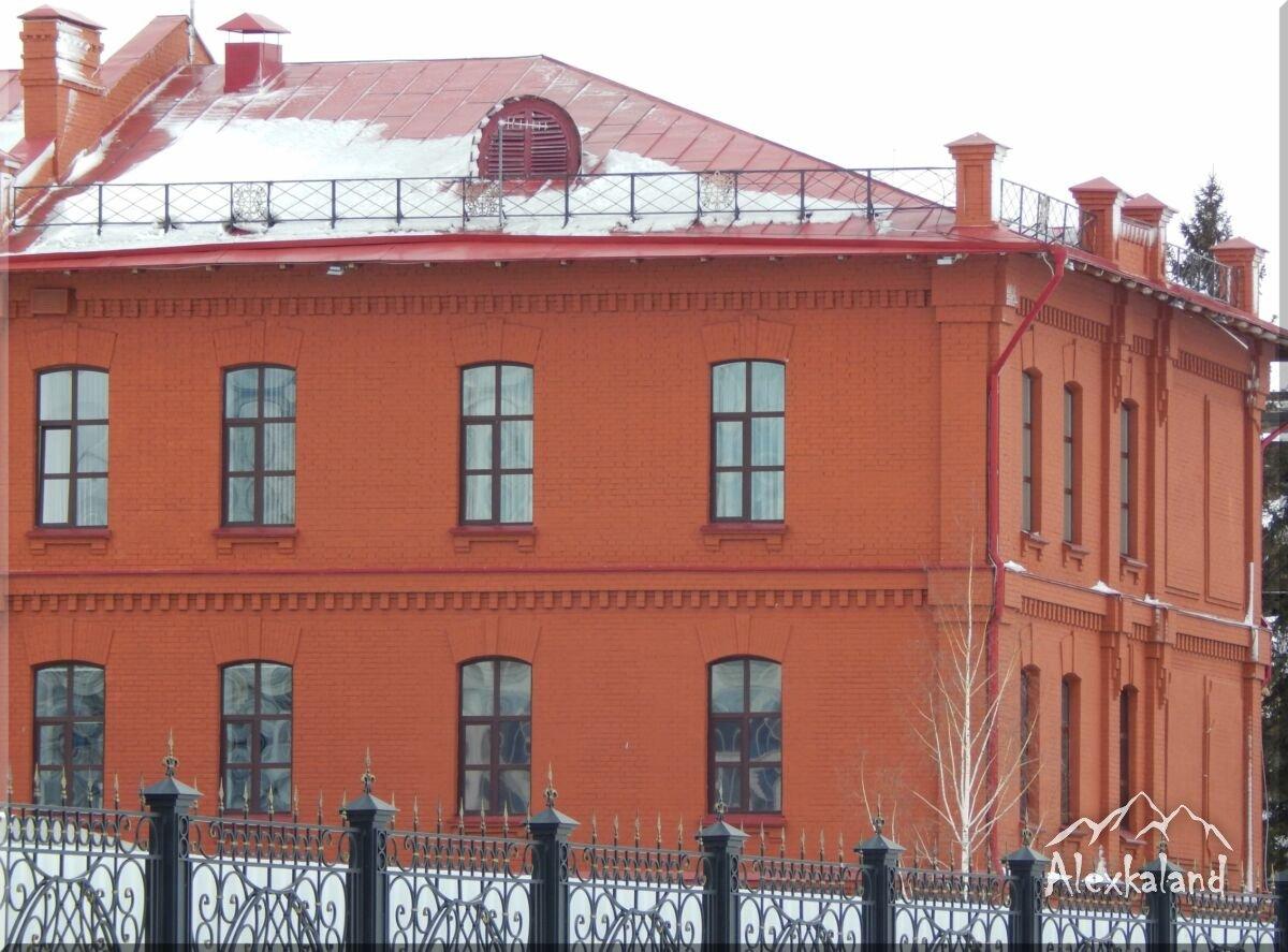 Egy tipikus több mint száz éves omszki téglaház, amiből a város központjában sokat lehet találni
