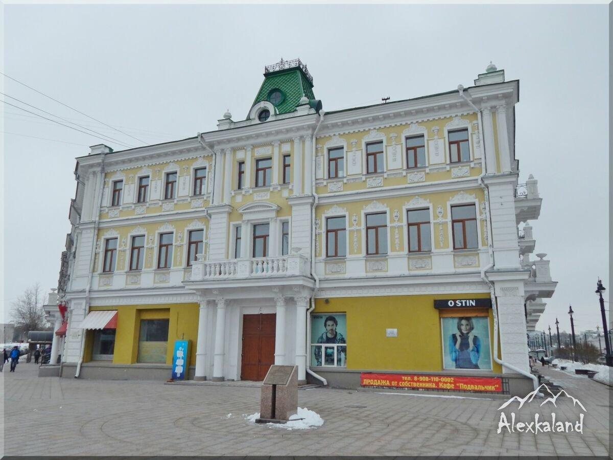 """Az egykori """"Rosszia"""" hotel épülete. A Lenin és Partizánszkája utcák metszéspontjában található. 1906-ban épült egy nagyszabású építészeti komplexum részeként"""