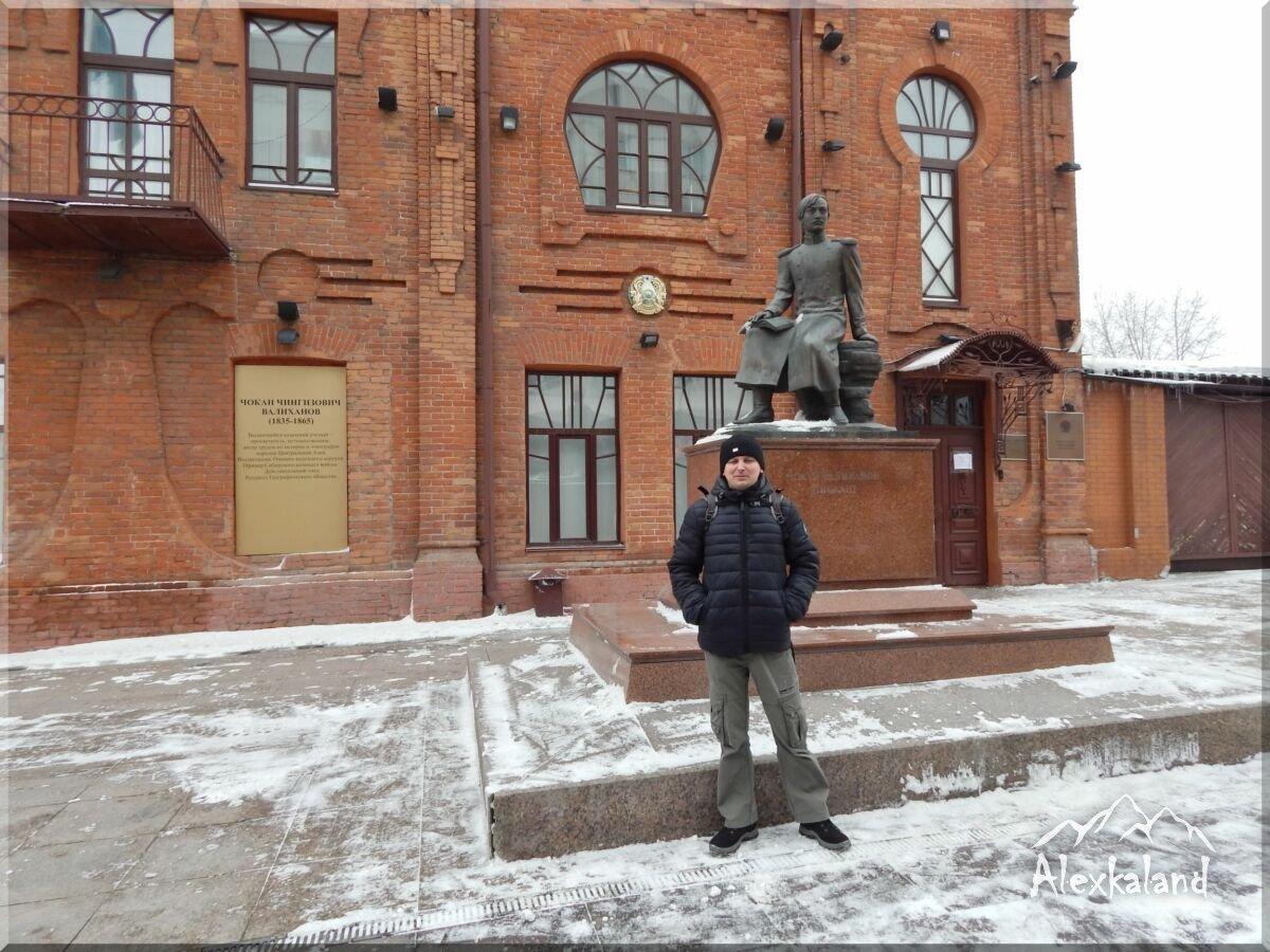Csokán Valihanov szobra és a háttérben a Kazah Köztársaság konzulátusának épülete