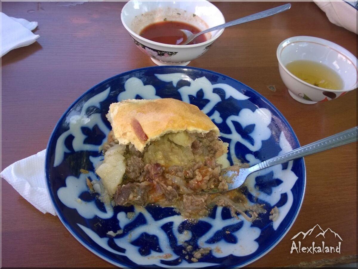 Óriás szamsza Jizzaxban. Marhahúsos, egy kis paradicsomos öntettel és forró zöld teával