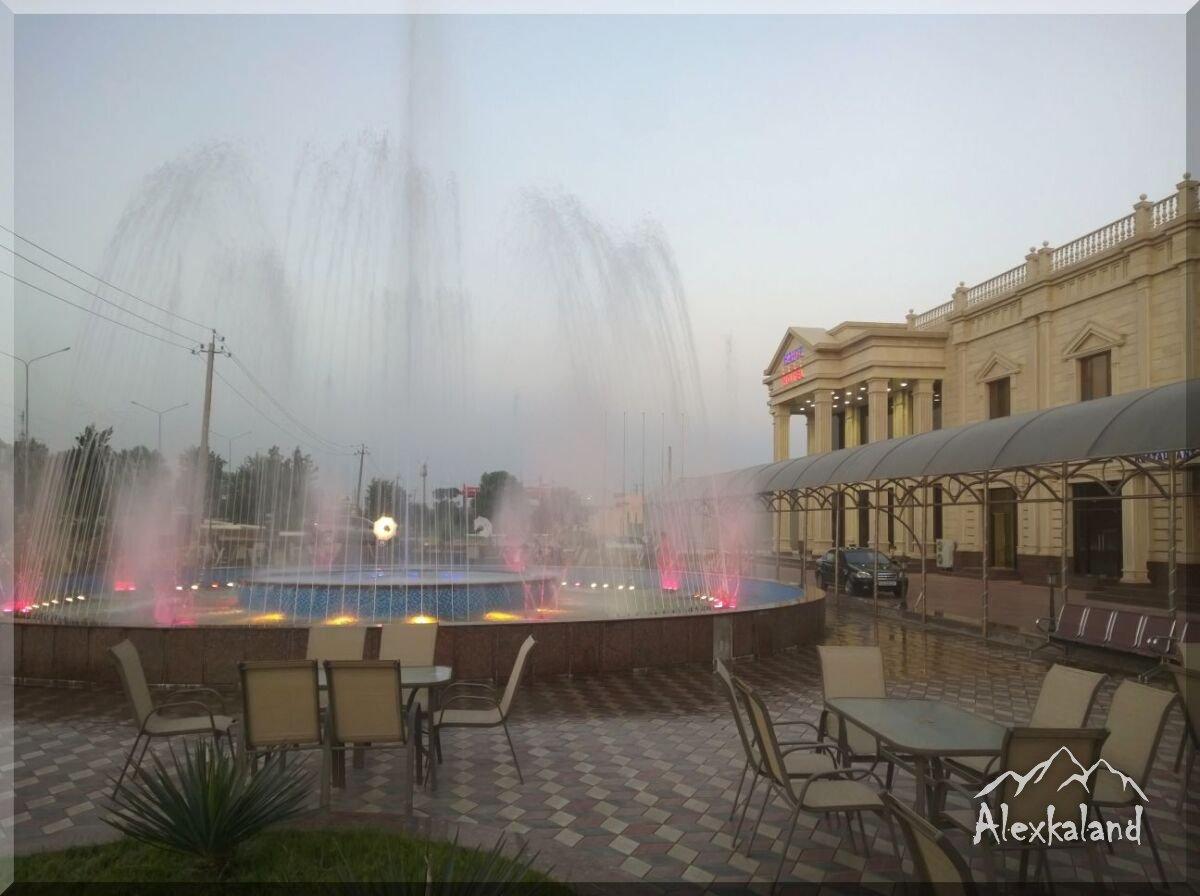 Érkezés Karsiba és a csicsás szállodánk